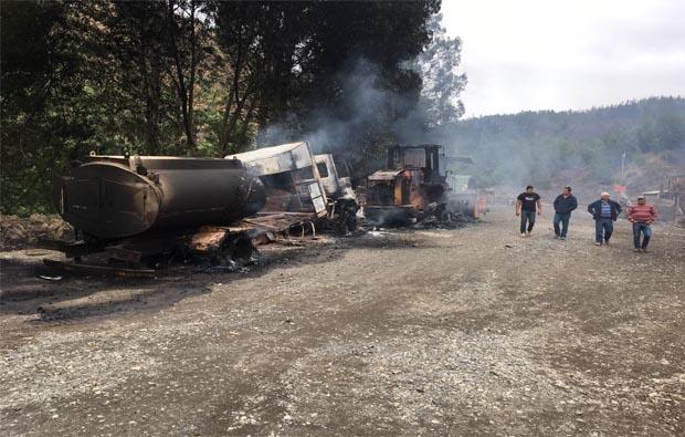 Fotos: Atentado incendiario deja al menos 3 máquinas y 1 camión destruidos en cercanías de Traiguén
