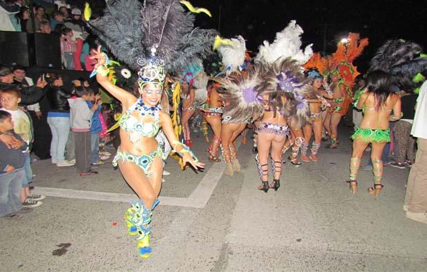 Carnaval brasilero abre las celebraciones conmemorativas de los 134 años de Pucón