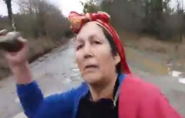 [Video] Juana Calfunao a pedradas impide que trabajadores arreglen camino público