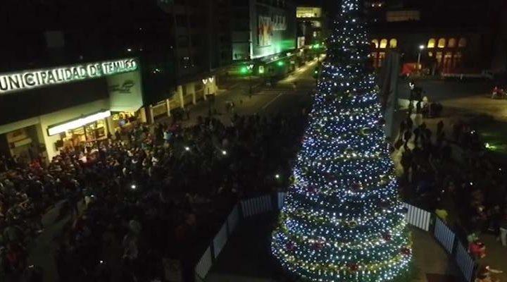 [Video] Revisa las imágenes aéreas del gran árbol de navidad en plaza de Temuco