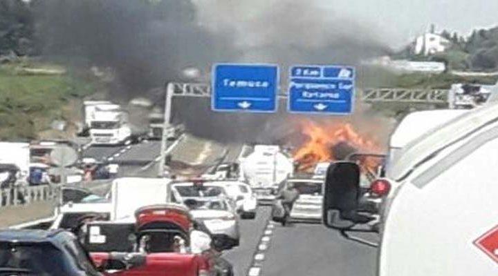 Volcamiento de un camión ocasiona incendio en arbustos y pastizales en la ruta 5 Sur