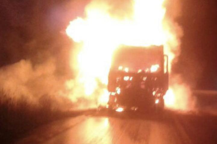 [Video] Encapuchados incendian un camión y disparan a una segunda máquina en la ruta Victoria Curacautin