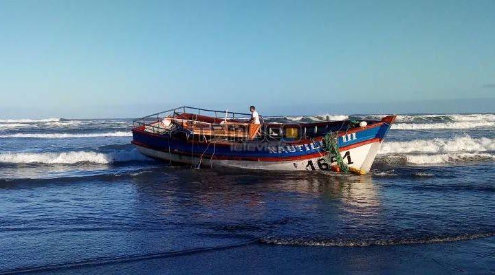Olas destruyen parte de una embarcación en Queule