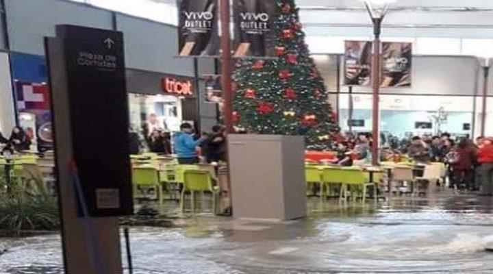 Fuerte aguacero dejó infundado patio de comidas de Vivo Oultlet Temuco