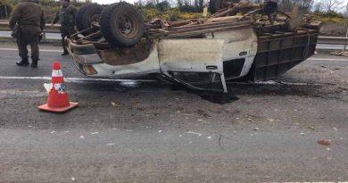 Carabineros de Fuerzas Especiales rescata y aplica primeros auxilios a conductor que volcó su camioneta en Ercilla