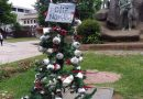 Colocan árbol de navidad con globos oculares y bombas lacrimógenas en plaza de armas