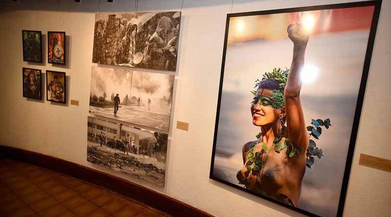 """Galería de Arte de Plaza Aníbal Pinto abrió sus puertas con exposición colectiva """"Re-Evolución"""""""